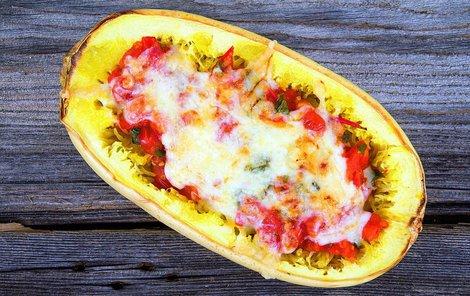 Zapečená špagetová dýně je explozí chutí.