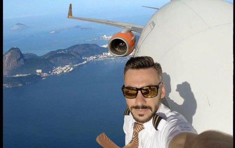 Brazilský pilot, který si rád střílí z lidí.