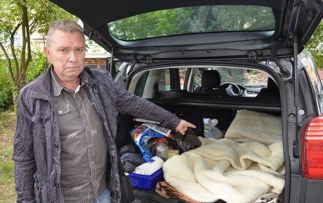 Z kufru a sklopených zadních sedaček má udělané místo na spaní.