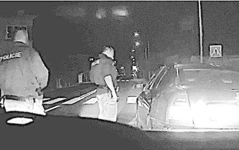 Během silniční kontroly dupl řidič na plyn a ujížděl.
