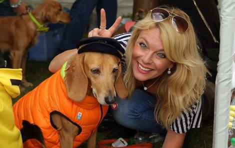 Benešová neodolala ani experimentování s psími oblečky. Její psi z toho ale příliš nadšení nebyli.