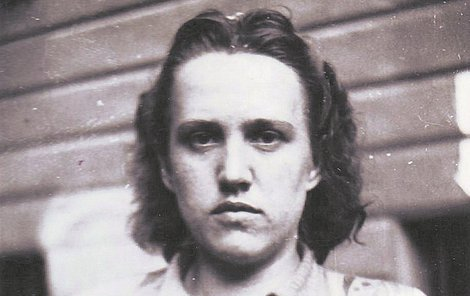 Dříve přátelská a hodná dívka Herta sloužila u zlínského gestapa jako překladatelka. Na smrt poslala i své bývalé spolužáky a přátele.