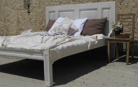 Poznali byste, že postel je vyrobena ze starých dveří?