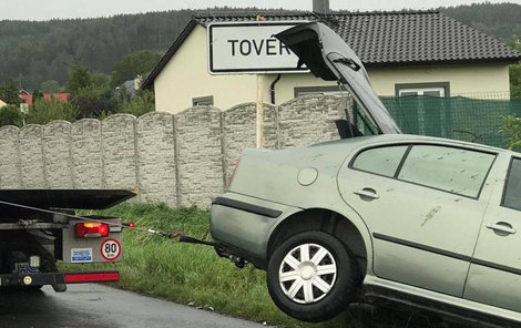 Kůň vběhl pod auto...