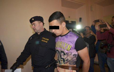 Policisté přivádějí mladíky k soudu.