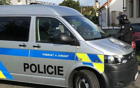 Dva kluci (oba 17) byli zadrženi a skončili ve vazbě, podezřelí jsou také nezletilý chlapec a mladý muž, po kterém bylo vyhlášeno pátrání.