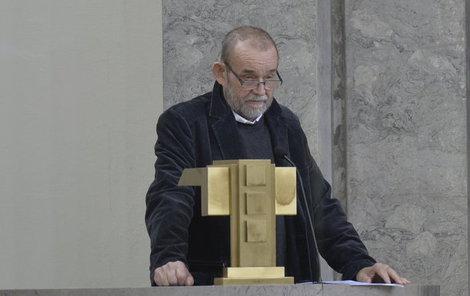 Moderátor Vladimír Kučera mluvil nad rakví.