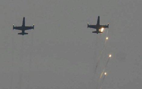 Jednou z bojových ukázek byla i simulace útoku letounů L-159 ALCA na pozemní cíle.