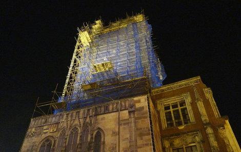 Věž se opravuje, je pod lešením.
