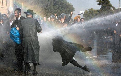 Demonstranti s vodními děly počítali, na klobouky si vzali ochranu.
