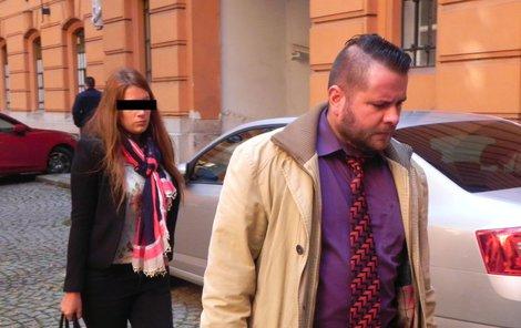 """""""Nepatřím do vězení,"""" prosila Barbora H., na snímku se svým obhájcem."""