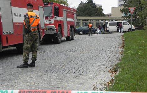 Po výbuchu byl voják operován.