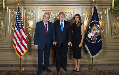 Zeman (vlevo) se setkal s americkým prezidentem Donaldem Trumpem a jeho manželkou Melanií.