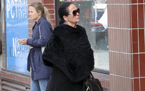 Pokud už vyjde Hana na ulici, maskuje se brýlemi.