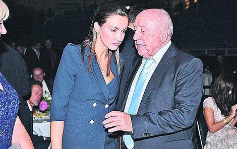 Felixe doprovázela jeho přítelkyně Lucie Gelemová.