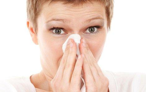 Rýma a kýchání může být i projevem alergie.