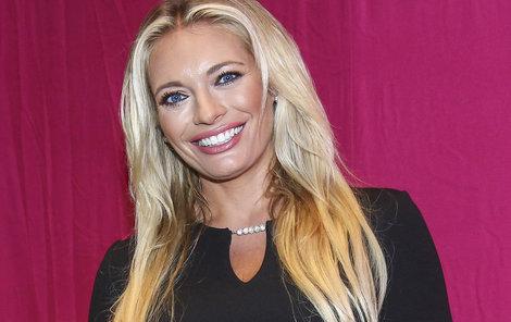 Lucie Borhyová je krásná žena.