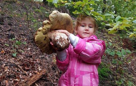 Malá houbařka se opravdu měla čím pochlubit.