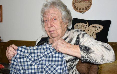 Paní Helga ukazuje blůzu, ve které šla z Mauthausenu