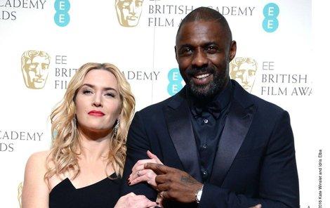 Kate Winslet a Idris Elba ve filmu uvíznou v horách. Nějak se zahřát musejí...