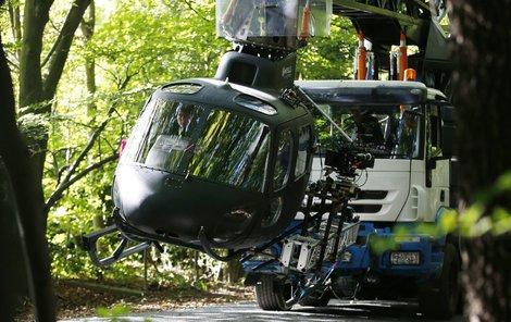 Ve mu filmu zřejmě půjde o život, ve skutečnosti je ale jeho helikoptéra zavěšená na autojeřábu metr nad zemí.