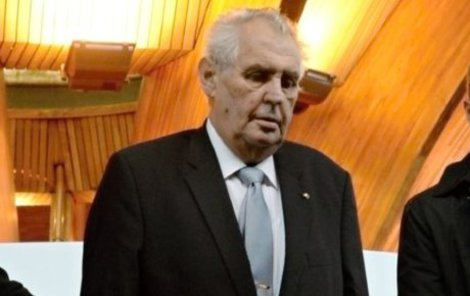 Český prezident Miloš Zeman (uprostřed) přichází do budovy Parlamentního shromáždění Rady Evropy (PSRE) ve Štrasburku, kde 10. října vystoupil s projevem.