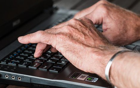 Klouby rukou bolí často