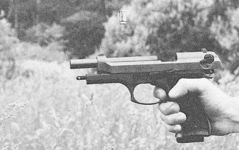Mladík vytáhl na příslušníky Veřejné bezpečnosti zbraň.