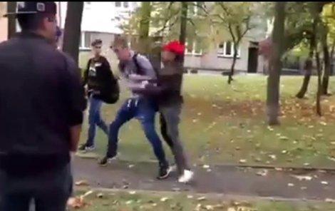Brutalita mladíka (v červené kšiltovce), s jakou chlapce napadl, šokovala celé město