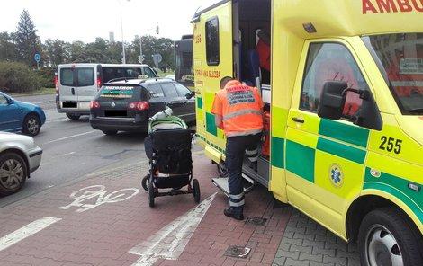 Matku s dítětem záchranáři na místě ošetřili a převezli do nemocnice.