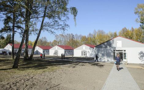 V areálu je pět domů – čtyři pro trestance, jeden je administrativní budovou.