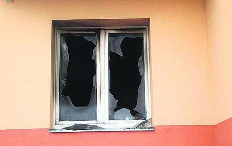 Za tímto oknem chlapeček zemřel.