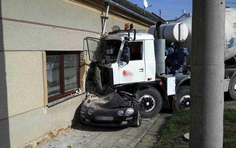 Řidič náklaďáku trefil auto i barák. Z osobáku zbyla placka. Míchačka nakoukla do garáže.