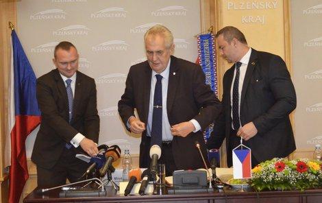 Veliký proutěný koš s jídlem a alkoholem hejtman Zemanovi předal na konci jeho návštěvy krajského úřadu.