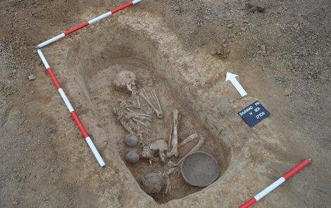 Hrob z období asi 2300 př. n. l.,  skrčená kostra má hlavu otočenou k východu.