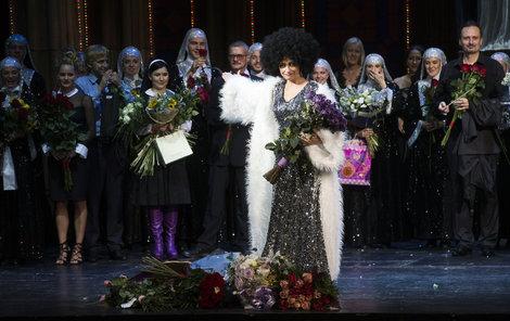 Největší hvězdou večera byla Lucie Bílá (51) v dvojroli hříšné zpěvačky Deloris a řádové sestry Mary Clarence. Diváci její výkon odměnili potleskem vestoje a záplavou květinových darů. Fialové růže dostala od ředitele karlínského divadla Egona Kulhánka.