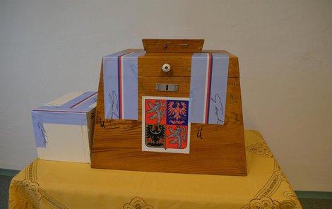 Krásná dřevěná urna sloužila už za první republiky.