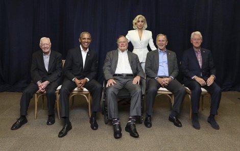 Vzácné setkání: pět exprezidentů na jednom pódiu.