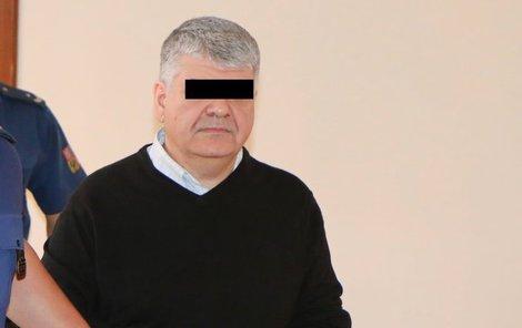 Eugene S. (47) je obviněn z toho, že měl v letech 2015 a 2016 týrat své dvě děti (8 a 10) na Břeclavsku. Muž u něhož byly nalezeny fotky nahých chlapců měl být krutý hlavně ke své dceři (8).