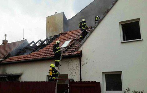Hasiči plameny likvidovali dvě hodiny.