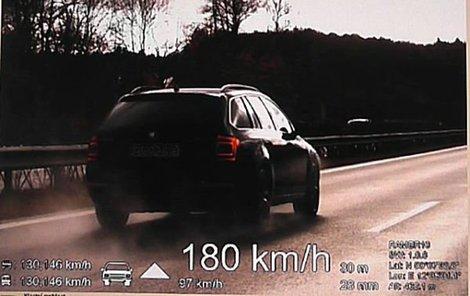 Místo předepsané stotřicítky jel nejvíc cizinec (57), kterému naměřili 180 km/hod (na snímku).