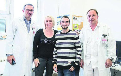 Jakub s maminkou a lékaři Peterem Girmanem a Petrem Wohlem z IKEM.