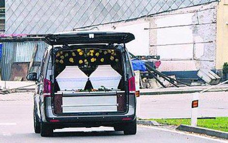 Pohřební auto s dvěma rakvemi projíždí Počátky.
