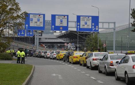 Naposledy taxikáři blokovali sinice 2. října v okolí pražského letiště.