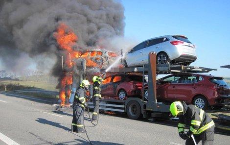 Požár zničil tři auta...