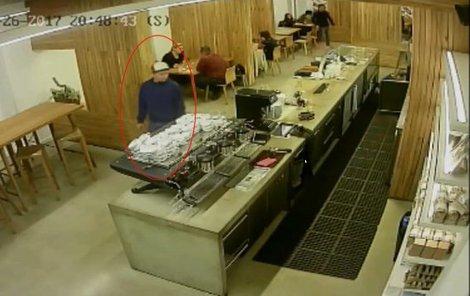 Mladík využil nepozornosti personálu a ukradl kasírtašku.
