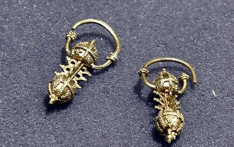 Zlaté náušnice z 2. poloviny 9. století.