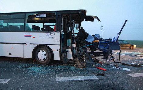 Kamion rozpáral autobus...