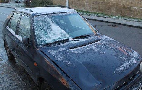 Výhled z auta řidičce neumožňoval bezpečnou jízdu.