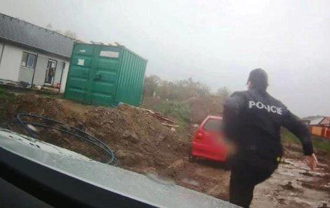 Policie seniora zadržela na staveništi.
